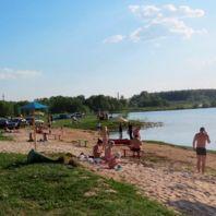 Пляж на озере Лунское
